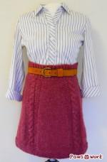 白地に細い縦縞のシャツと完成したケーブル模様のスカート