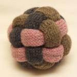 棒針で編んだボール:アップ